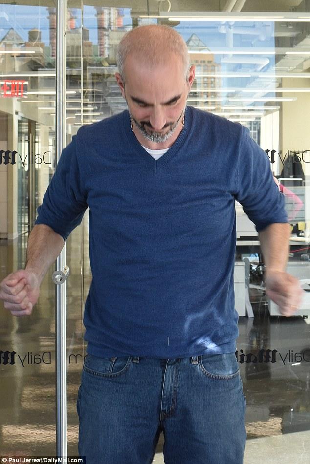 Mati muestra cómo el truco obliga a la brida de plástico para rasgar.  Esto causa un poco de dolor en las muñecas, dijo