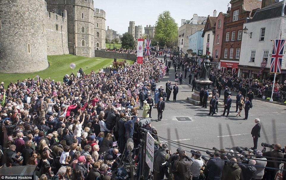 Multidões: Milhares de dedicados simpatizantes na fila por horas ao longo da rota designada, na esperança de cumprimentar a rainha, na foto