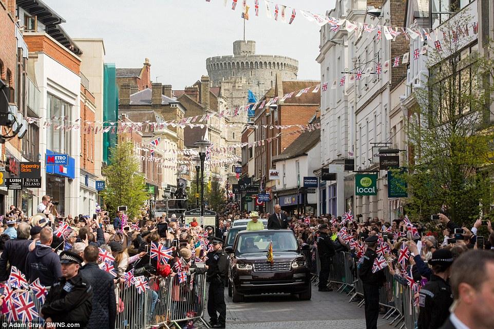 Alegre: A rainha eo príncipe Philip andava pelas ruas cobertas de estamenha de Windsor na parte de trás de um costume Range Rover