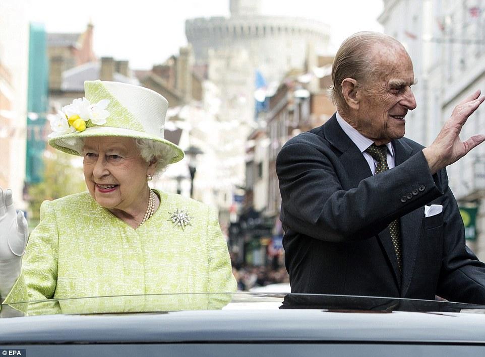 Suporte: A rainha foi acompanhado pelo príncipe Philip para a viagem na parte de trás do feito por encomenda Range Rover