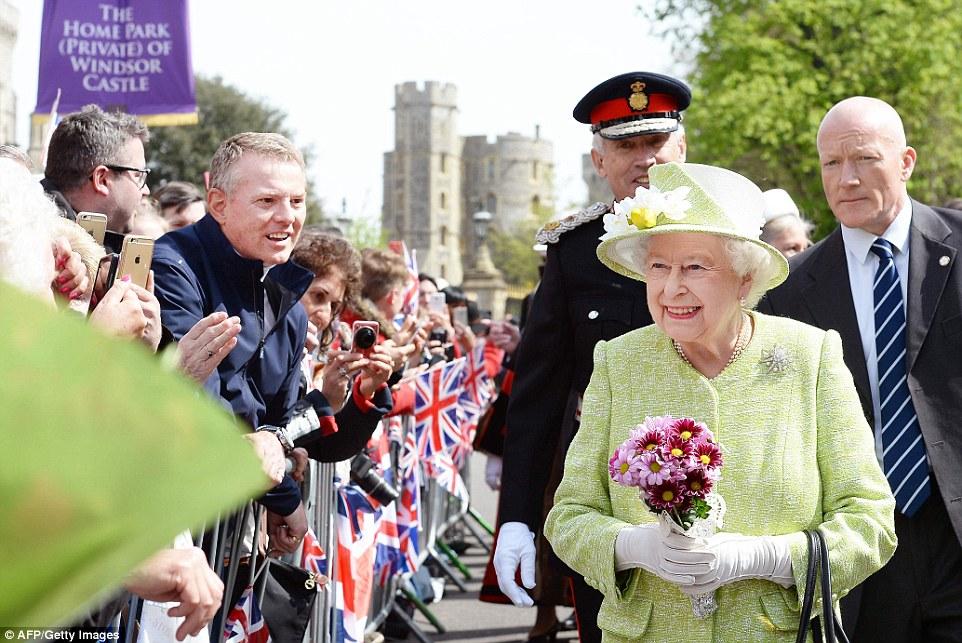 Buquês de flores: The Monarch desfrutado de uma walkabout 100 jardas até Castle Hill, acompanhada pelo duque de Edimburgo