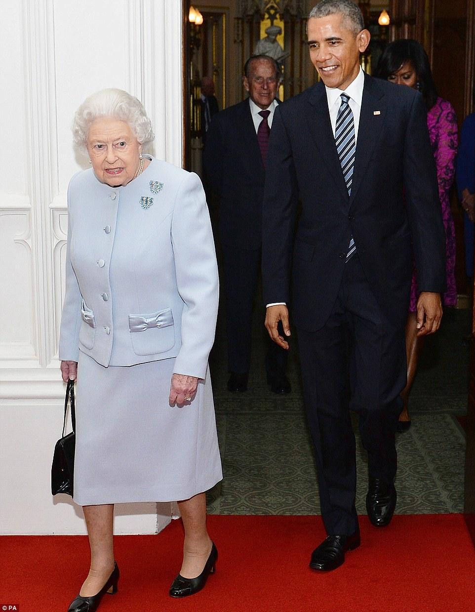 Indo em: Obama ea Rainha entrar no Oak Room no castelo para posar para fotos antes de seu almoço