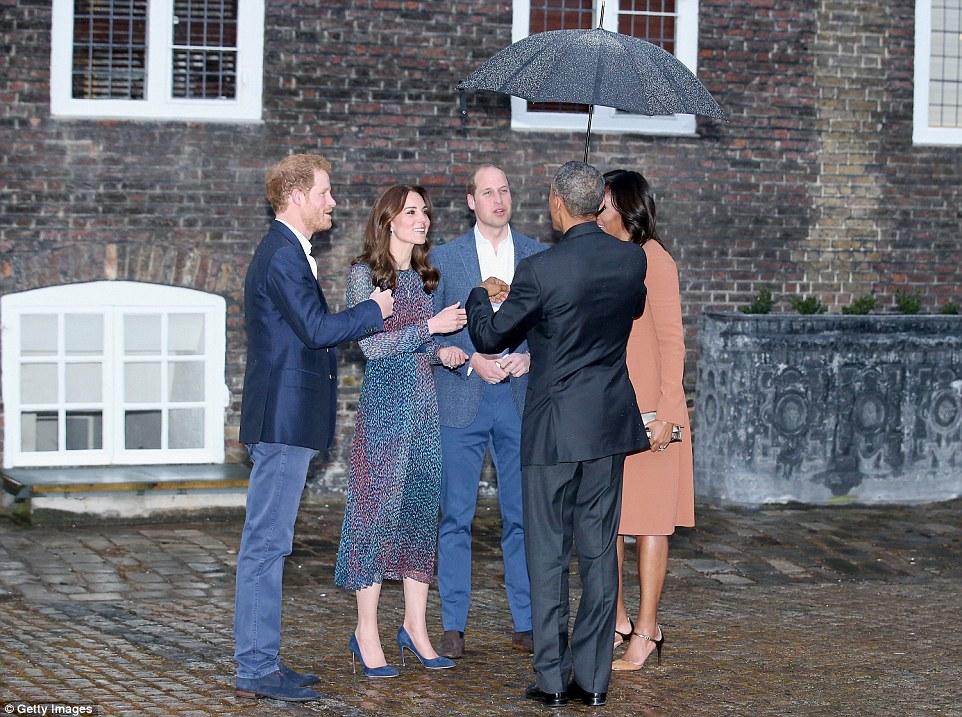 O príncipe Harry, Kate, Duquesa de Cambridge, o príncipe William, duque de Cambridge, o presidente dos EUA, Barack Obama ea primeira-dama Michelle Obama falam como eles participar de um jantar no Palácio de Kensington
