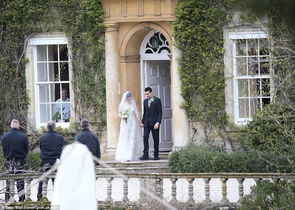 Na foto é Gabriel Jagger 'dando' sua irmã-de-lei, que se casou com seu irmão James Jagger, em Nova York, em setembro passado