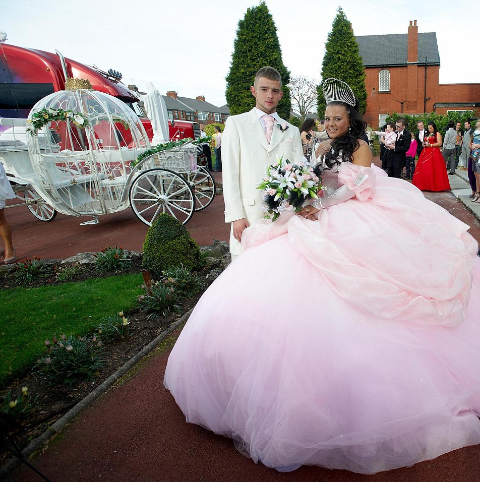 Bride designs her own 6000 dress at the big fat Gypsy wedding of her dreams  Daily Mail Online