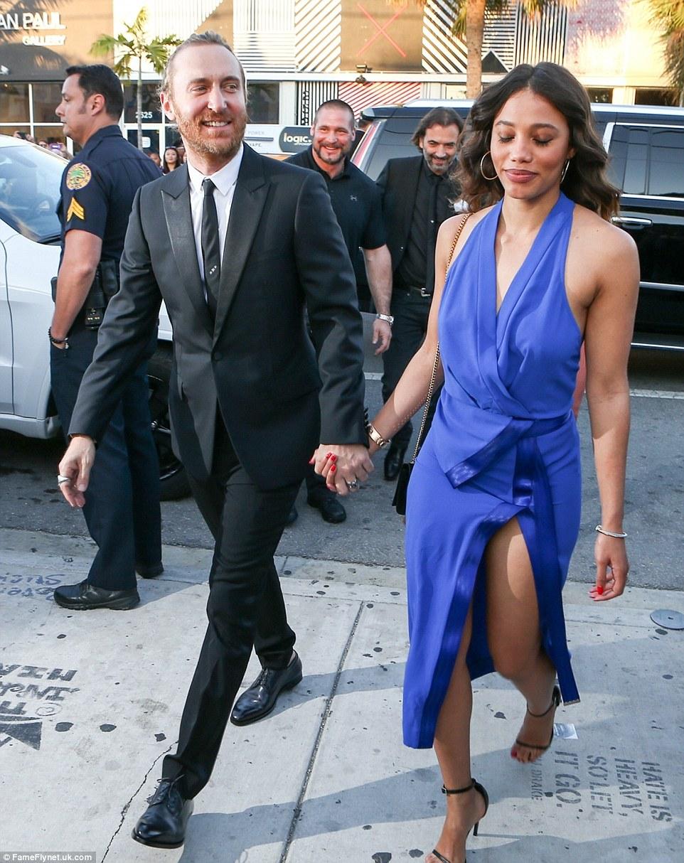 namorada modelo de David Guetta Jessica Ledon fui para um olhar mais colorido do que a maioria em um vestido azul com tecido drapeado na parte superior e um alto divisão coxa