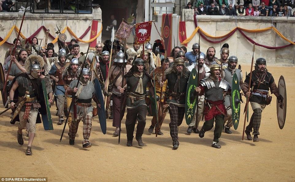 Neste estágio da reencenação, um grupo de soldados avança em seus gritos de guerra segurando lanças e gritando inimigas