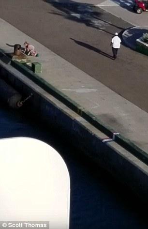 La mujer aparentemente llegó tarde y no pudo abordar el barco