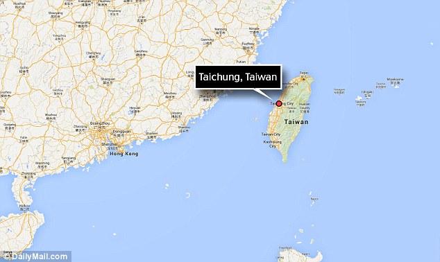 Сохранившийся на протяжении почти 5000 лет, скелет нашли в районе Тайчжун изображена молодая мать, глядя вниз на ребенка держала на руках. Исследователи были ошеломлены, чтобы обнаружить увековеченная материнский момент, и они говорят, что эти каменные реликвии возраста наиболее ранним признаком человеческой деятельности нашли в центральной части Тайваня