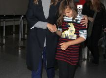 Jessica Alba and her giggly daughter Honor wear matching ...