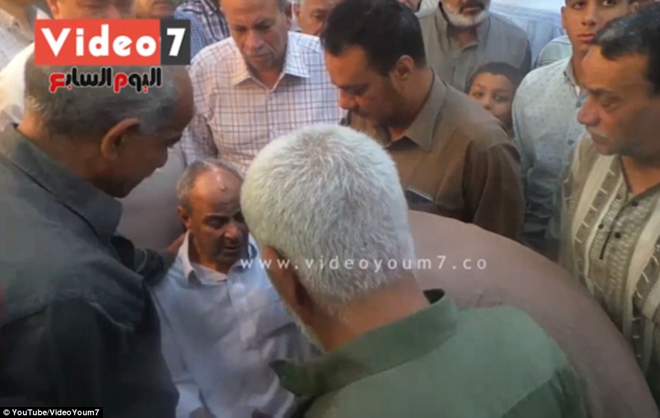 En otro servicio emocional, Bahgat Shoukair, el padre del capitán Mohamed Said Ali Ali Shoukair se derrumbó en el dolor por su hijo desaparecido