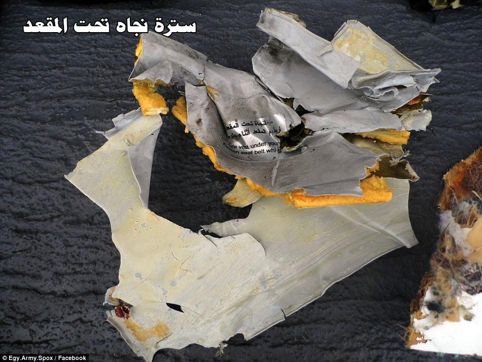 Los restos retorcidos de los restos de avión revela el daño causado al plano, con los investigadores aún permanecen sin saber qué causó el incendio de manifiesto en la taza del baño y la cabina