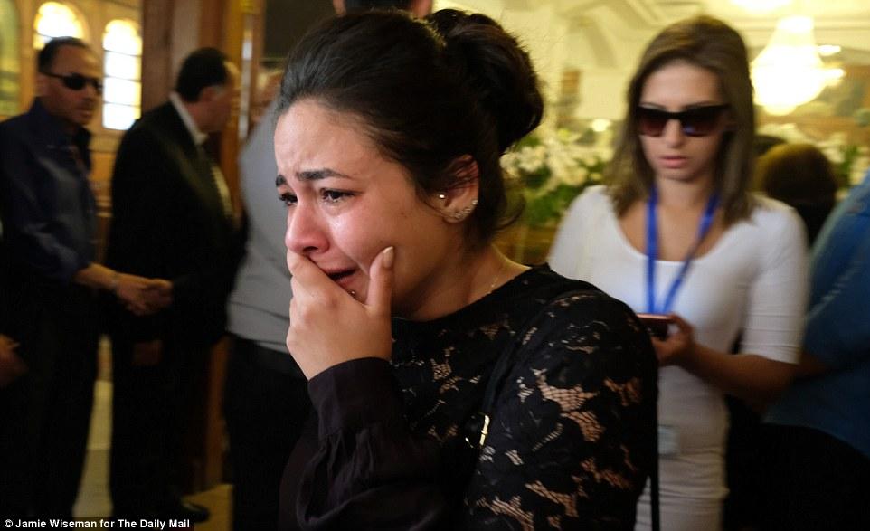 Los amigos y familiares de una de las víctimas EgyptAir MS804, presentadora de aire Yara Hani Tawfik, lloran a su funeral