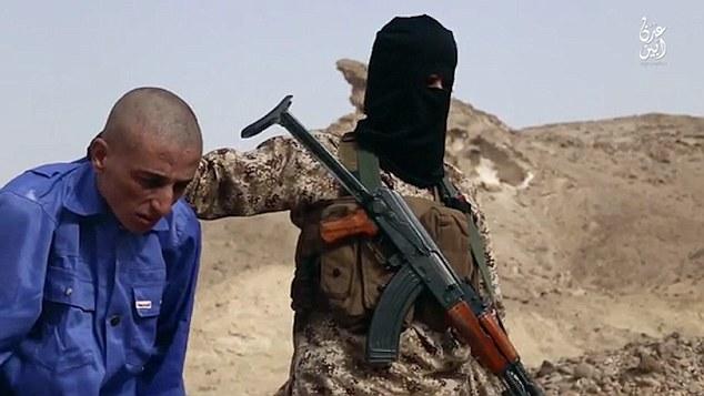 En el video de propaganda atroz, varios combatientes ISIS enmascarados vestidos de juego uniformes militares y chalecos tácticos se muestran ejecución de tres presos a sangre fría