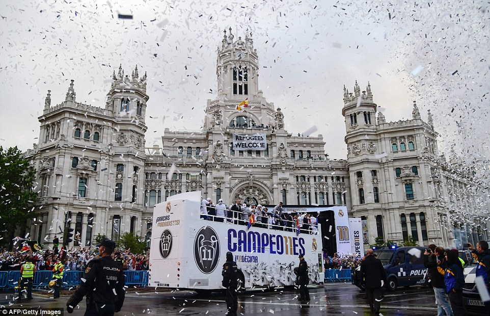 The bus eventually made its way to the Plaza de Cibeles in the centre of Madrid, passing the stunning Cybele Palace or city hall