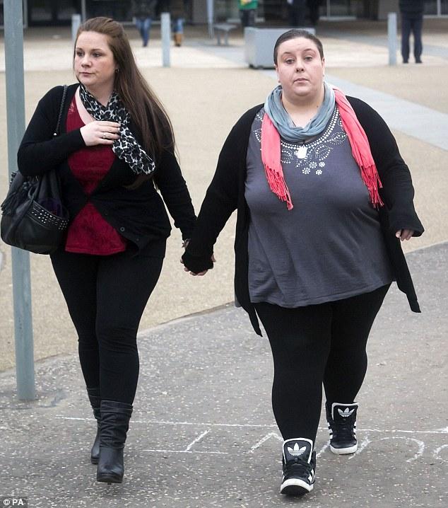 Rachel Fee (izquierda) y su pareja de hecho Nyomi Cuota fueron hoy condenados por el asesinato de Rachel hijo Liam