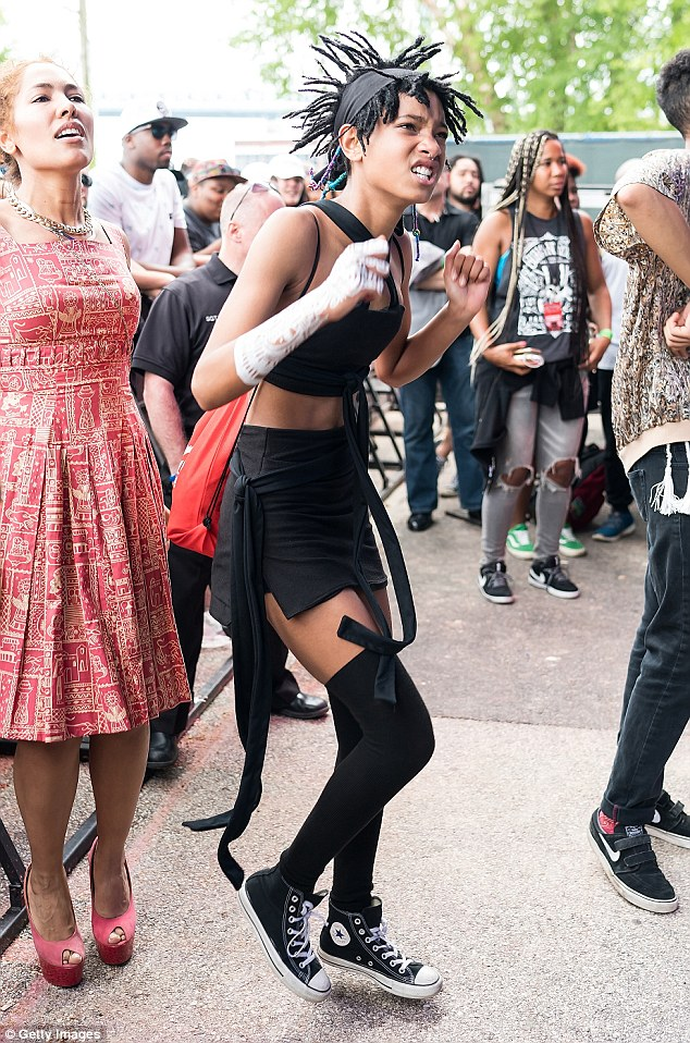 Willow Smith Joins Dad Will Smith To Perform Summertime On