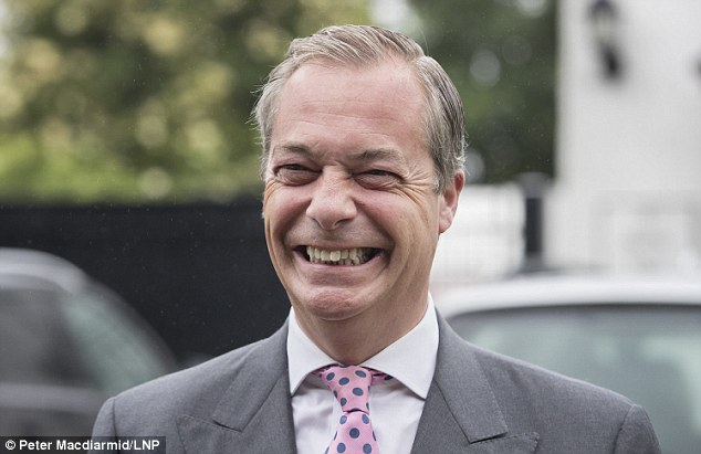Nigel Farage fuera de su casa mientras se dirige a votar esta mañana. Pero él se escabulló de un debate televisivo en la víspera del referéndum que ha estado exigiendo durante años