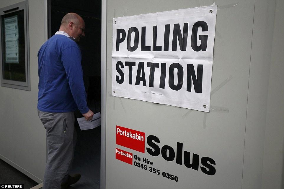 Gran día: Un votante entra en un centro de votación para el referéndum sobre la Unión Europea en Heald Green, Stockport como hasta 46.5million tienen derecho a acudir a las urnas