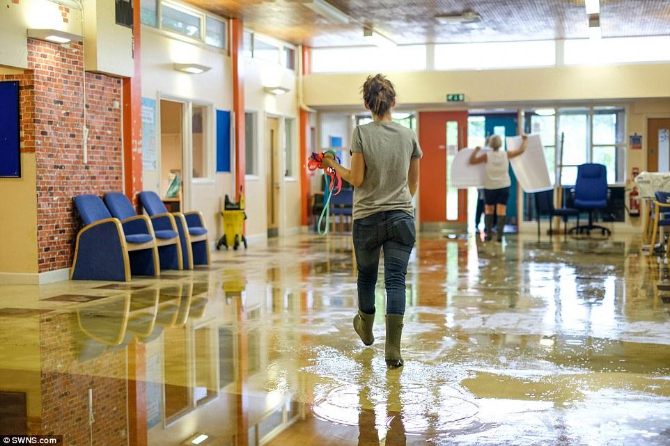 Cambio de lugar: Un centro de votación inundada en Chessington, Surrey, esta mañana que tuvo que ser cerrado y trasladado a otro lugar debido a la lluvia durante la noche pesada