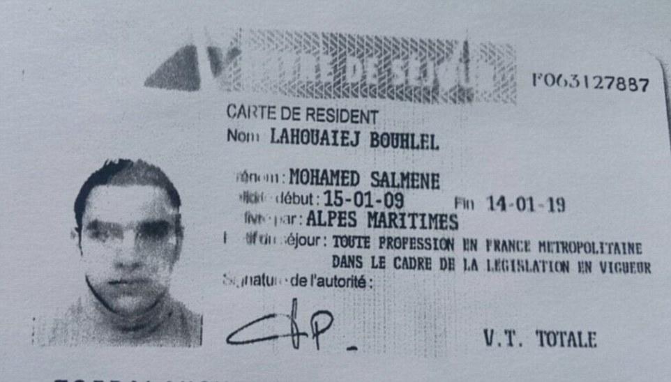 En la foto: Esto es supuestamente la tarjeta de identificación en el nombre del presunto terrorista Mohamed Lahouaiej Bouhlel que se encuentra en la cabina del camión que se utiliza para cortar hacia abajo y el asesinato 84 personas y herir a decenas más que se encontraban entre 30.000 a orillas del mar anoche