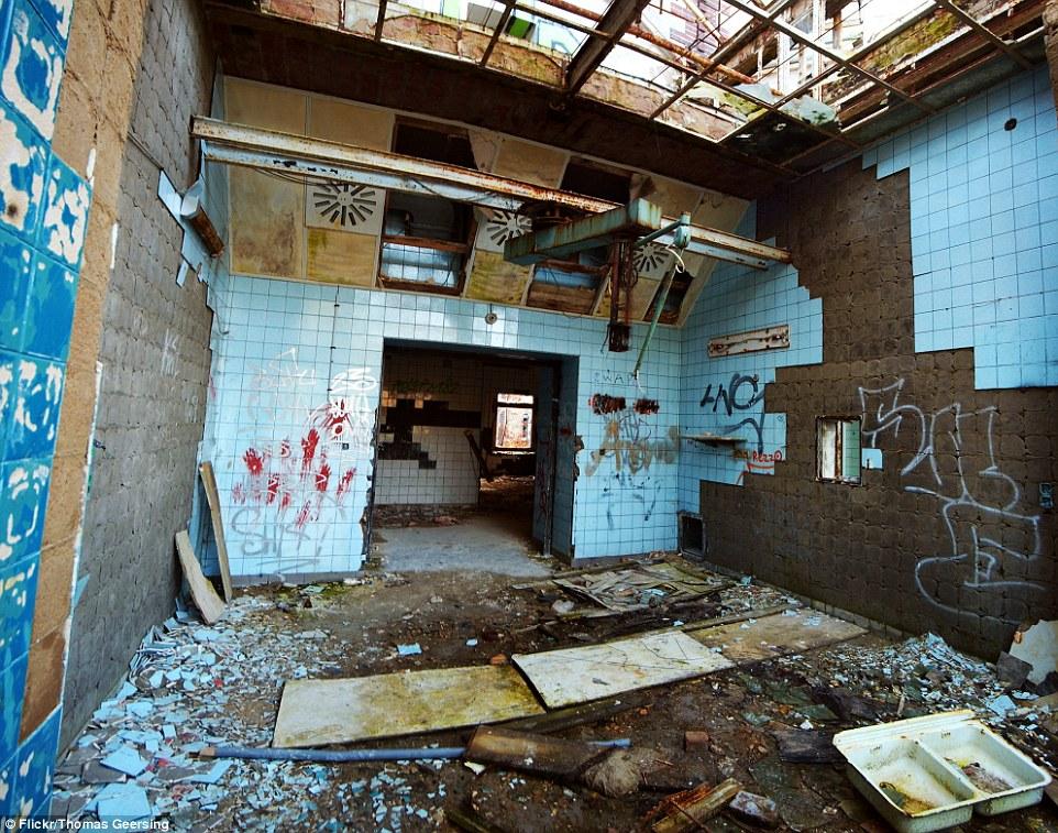 piastrelle rotte e pavimenti sono stati lasciati per decenni dopo la fine dell'uso della struttura come un ospedale militare da tedeschi e poi russi