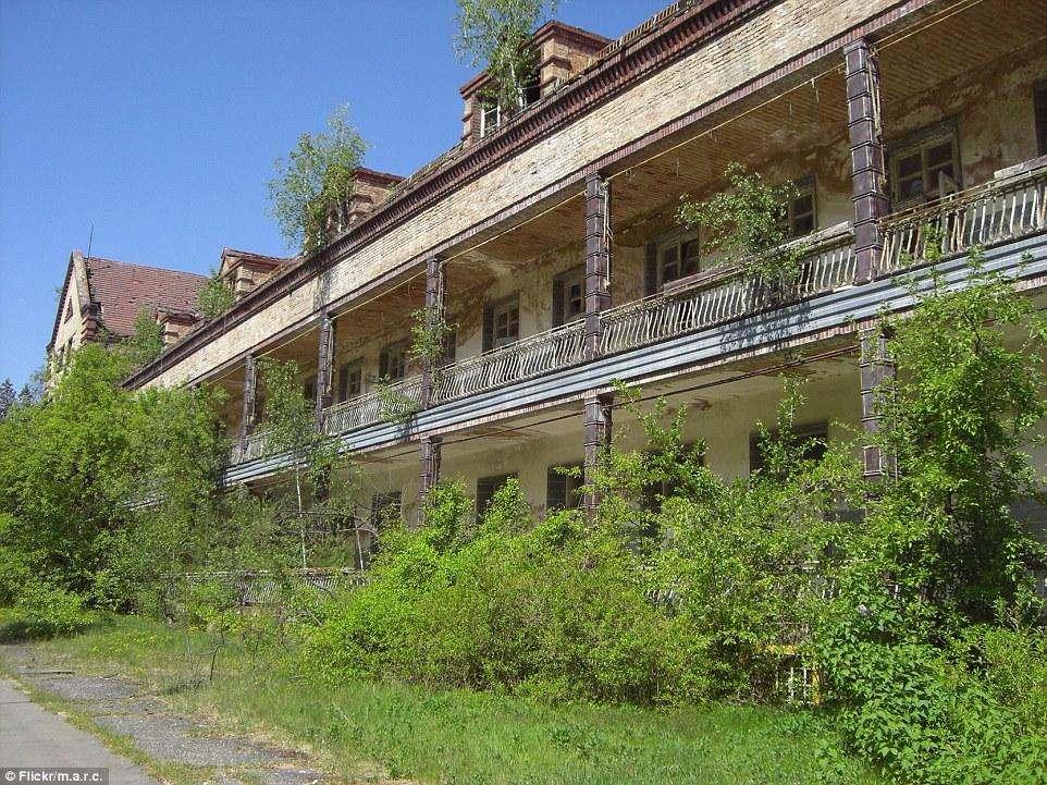Fu occupata dai russi nel 1945 e diventare un ospedale militare sovietico prima di essere abbandonata nel 1990
