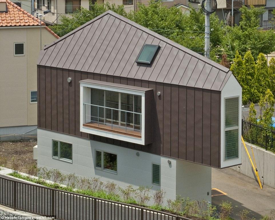 Incredibile: Una straordinaria casa triangolare è stato progettato per consentire una famiglia per andare senza sforzo la loro vita pur essendo non più largo di un posto auto ad una estremità