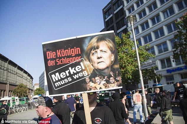 activistas de derecha se manifestaron en Berlín en mayo bajo el lema 'Merkel debe ir' para protestar contra la canciller alemana Angela Merkel y su liberal política de asilo