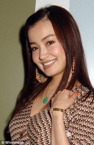 Risa, whose ex-husband is actor Eisaku Yoshida, also has her own blog, LineBlog