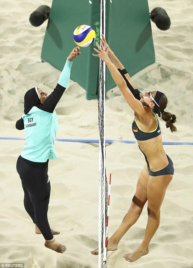 Las imágenes muestran las diferencias culturales entre algunas de las naciones que participan en los Juegos Olímpicos de Río después de equipo de voleibol de playa de las mujeres egipcias llevó a la arena de arena llevar mangas largas y polainas