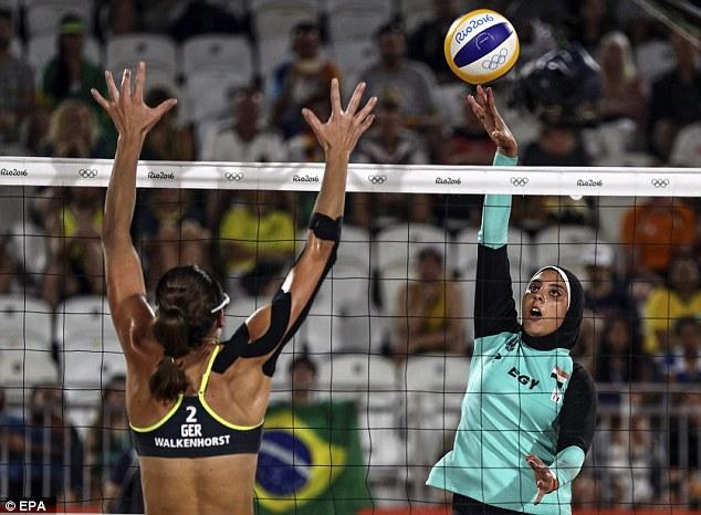 A pesar de que la Federación Internacional de Voleibol solía tener normas que regulan el tamaño de los uniformes, los que se soltaron de cara a los Juegos Olímpicos de Londres 2012 para permitir mangas y polainas