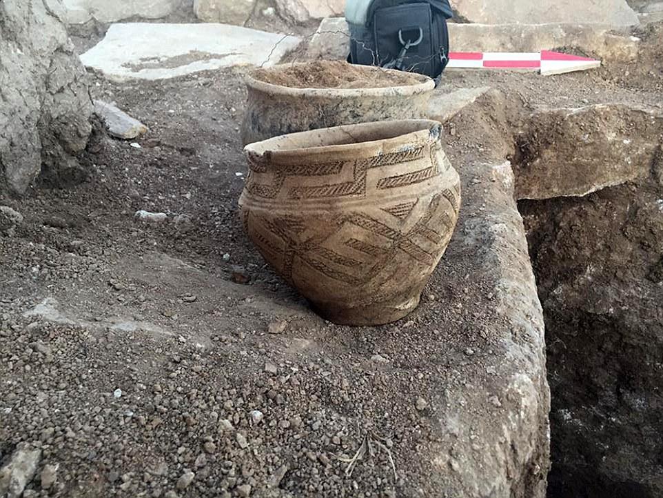 """Cerâmica encontrada no local. Os cientistas são devidas para explorar a câmara mortuária fechada do complexo da pirâmide """"dentro de dias"""""""