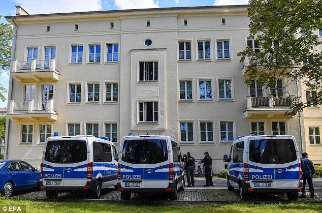 Un equipo Swat detuvo a un presunto terrorista de 27 años de edad en su apartamento en Eisenhuettenstadt, cerca de Berlín.  Foto son la policía en el lugar de la detención