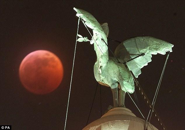 luas de sangue são causados pela luz solar que passa sobre a atmosfera da Terra, que é refratada de tal forma que o verde a luz violeta é dispersada mais fortemente do que a luz vermelha, deixando a luz vermelha para alcançar a superfície da lua