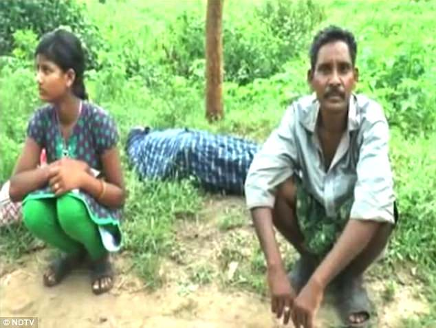 Mr Majhi waits by the side of the road with his dead wife and daughter