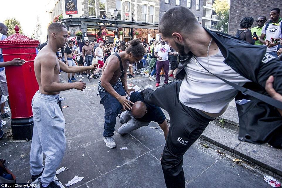 Una pelea en el famoso Carnaval de Notting Hill en Londres del oeste y un hombre trató de patear a otros como él cayó al suelo