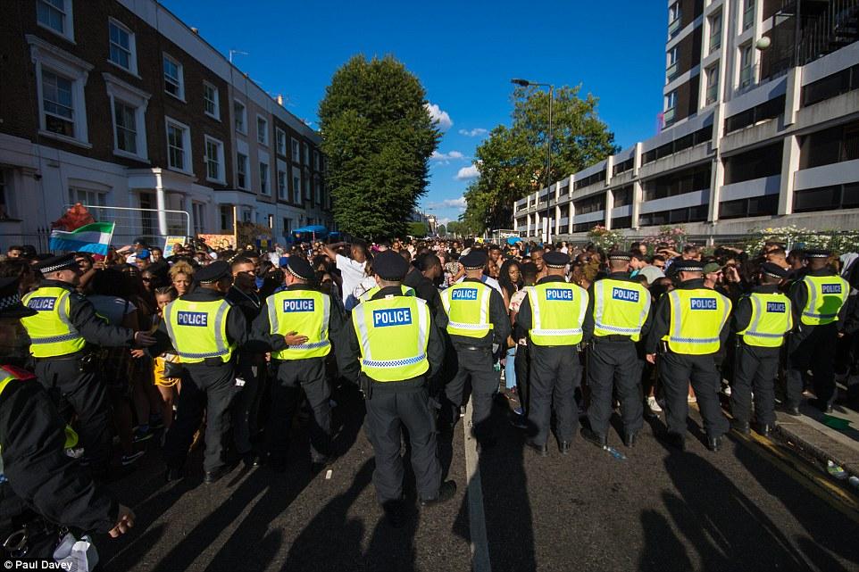 La policía formó un cordón que impida el mayor número de personas que se dirigían a la afluencia de gente peligrosamente Ladbroke Grove ayer