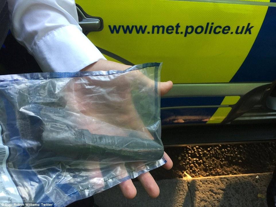 Dos personas fueron detenidas después de un arma Taser fue confiscado por los agentes durante el evento de dos días en el oeste de Londres