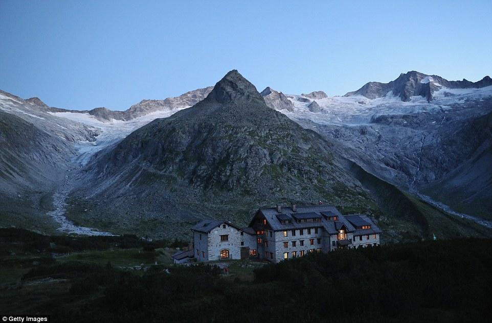 Il Hornkees (a sinistra) e ghiacciai Waxeggekees (a destra) sia finito appena sopra la Berliner Huette, ma hanno perso una considerevole quantità di ghiaccio a causa del riscaldamento globale.  I Hornkees sono ritirati più di ogni altro ghiacciaio in Austria lo scorso anno