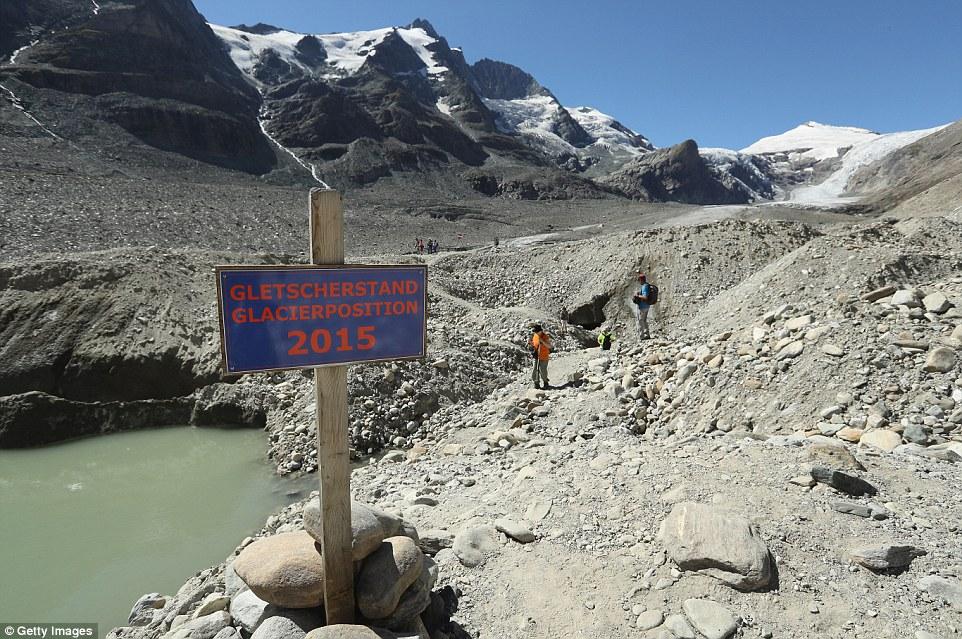 Il ghiacciaio Pasterze nei pressi di Heiligenblut al Grossglockner in Austria si è ritirato da 177 piedi nel 2015, secondo i dati rilasciati dalla sezione CAI austriaco.  Segni di legno quanto il ghiacciaio si è ritirato nel corso degli ultimi anni (nella foto)