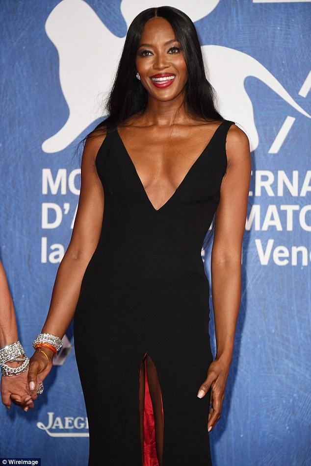 Racy!  Naomi Campbell arriscou um mau funcionamento do wardrobe em um vestido preto de mergulhar com uma repartição centro extremamente ousada no Festival de Cinema de Veneza nesta sexta-feira