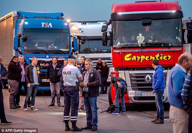 El primero de los camioneros franceses llegan en un aparcamiento en Loon Plage esta mañana temprano antes de comenzar su huelga de celo en Calais