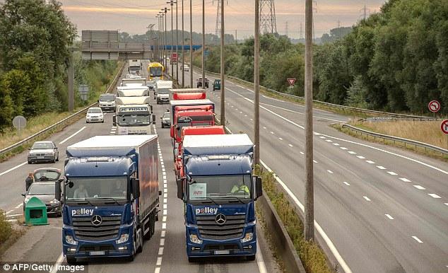 camioneros franceses empiezan su bloqueo 'a ritmo lento' de la autopista principal que va desde Loon Plage hasta el puerto de Calais