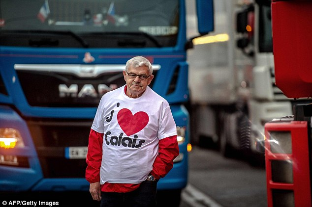 """Un hombre que llevaba una camiseta lectura """"Me encanta Calais 'se encuentra entre camiones como una docena de camioneros reunir en un aparcamiento"""