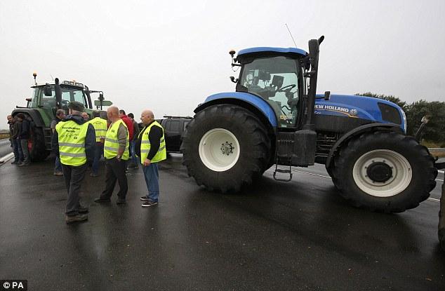 Los agricultores también participó en el bloqueo y utiliza sus tractores para reducir la velocidad del tráfico en la autopista