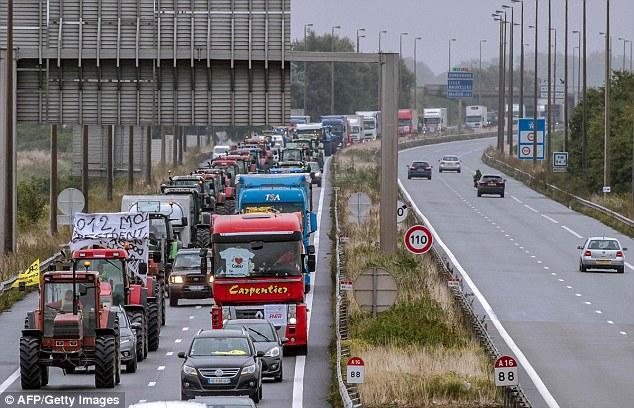 """Tráfico llegó a un rastreo en la autopista A16 como la """"huelga de celo 'protesta comenzó contra el campamento de inmigrantes de la selva"""