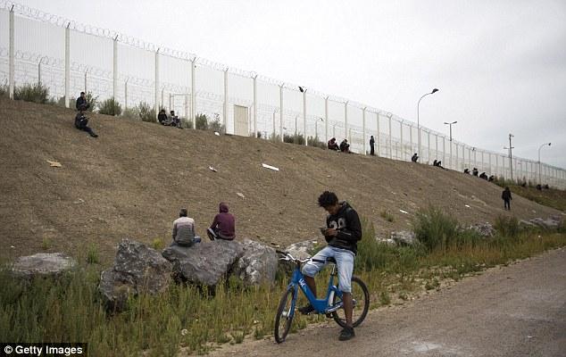 Desesperadas: Los migrantes en las afueras de la selva en Calais, Francia, el lunes