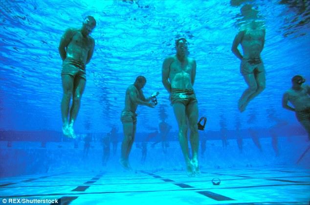En aguas poco profundas, utilizar un enfoque hundimiento y rebotando de viajar hacia la orilla, que rebotan en los fondos marinos o lago hasta la superficie de una inhalación