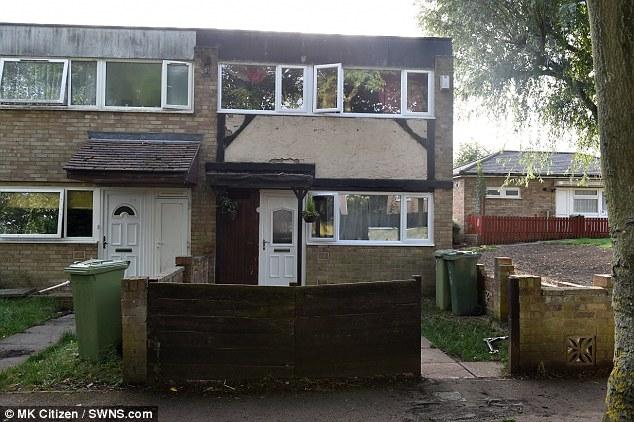 """La familia reclama las condiciones de su actual hogar en Luton, Bedfordshire (en la foto) son """"terrible"""", pero rechazó la oportunidad de vivir en un lugar más espacioso por la falta de espacio de almacenamiento"""